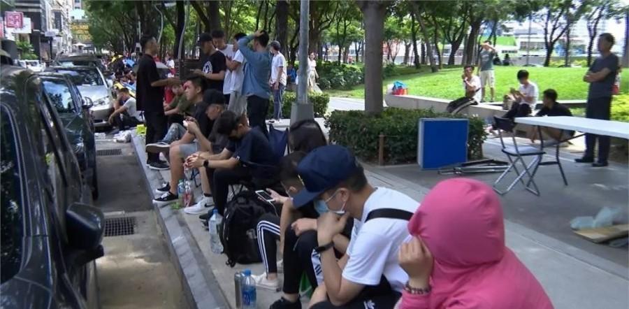 """为了抢双鞋,新加坡人民实力上演""""丧尸围城"""",钻卷门还算个啥?-热点新加坡"""
